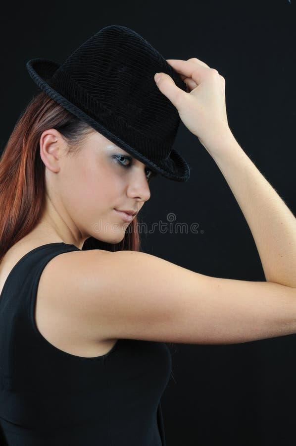 Belle fille dans le capot noir photographie stock