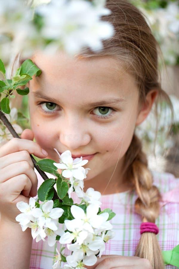 Belle fille dans le jardin de fleurs photo stock
