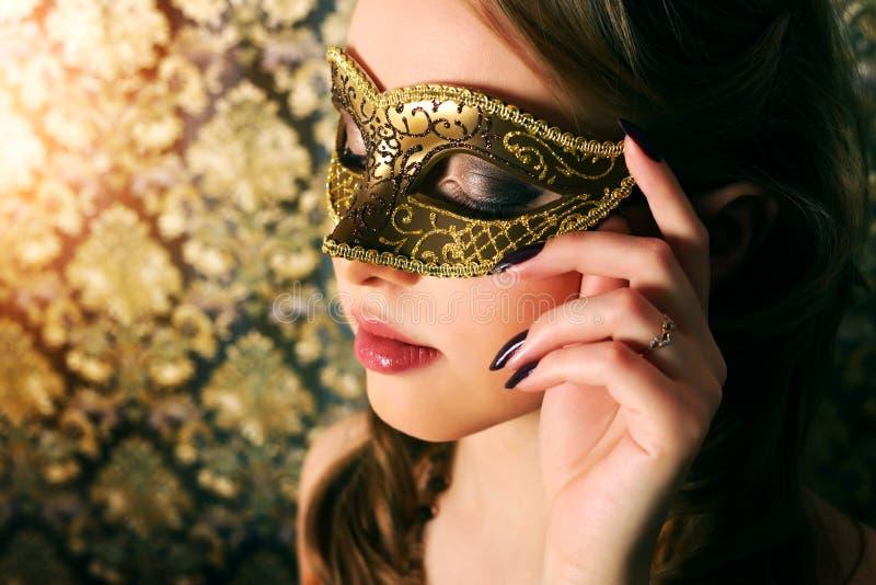 Belle fille dans le masque de carnaval images libres de droits