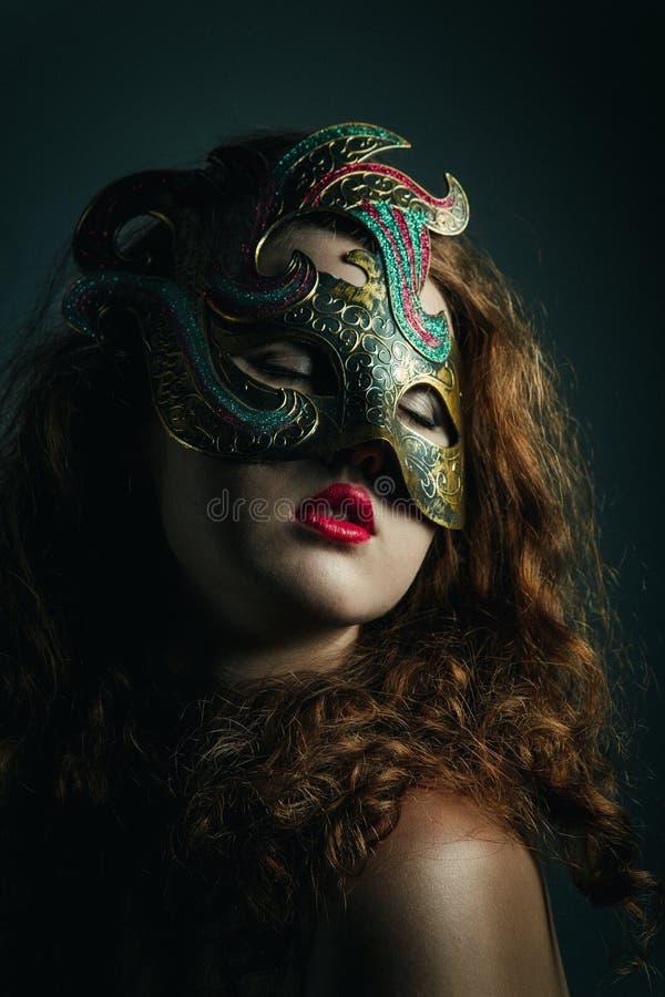 Belle fille dans le masque de carnaval avec de longs cheveux bouclés. Vacances de mascarade photos stock