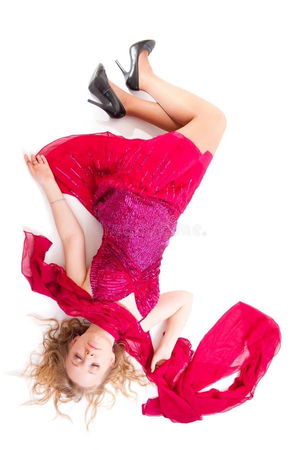 Belle fille dans le sommeil rouge de robe photographie stock libre de droits