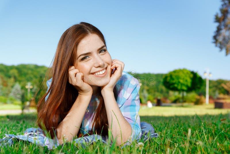 Belle fille dans le sourire de parc images libres de droits