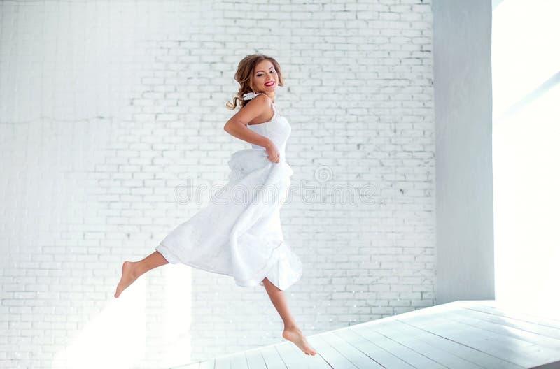 Belle fille dans le vol blanc de robe images libres de droits