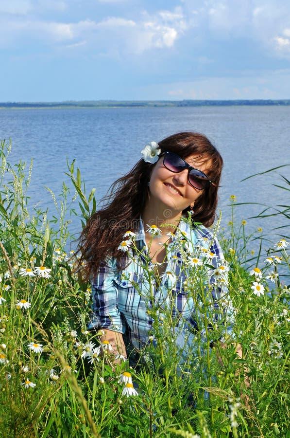 Belle fille dans les wildflowers photographie stock