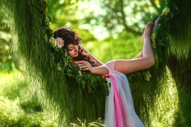 Belle fille dans pâle - robe rose images libres de droits
