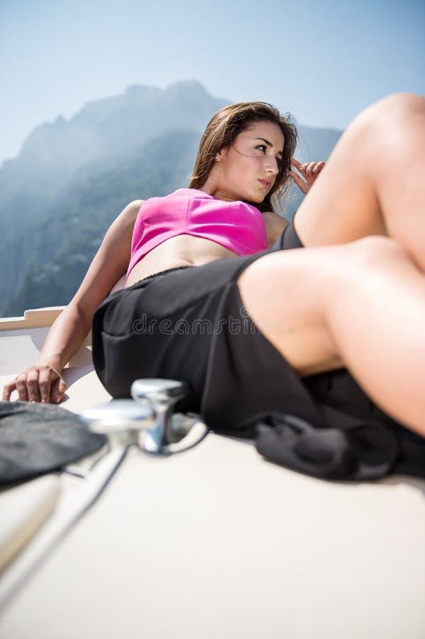 Belle fille dans Positano sur Amalfi posant sur le bateau photo libre de droits