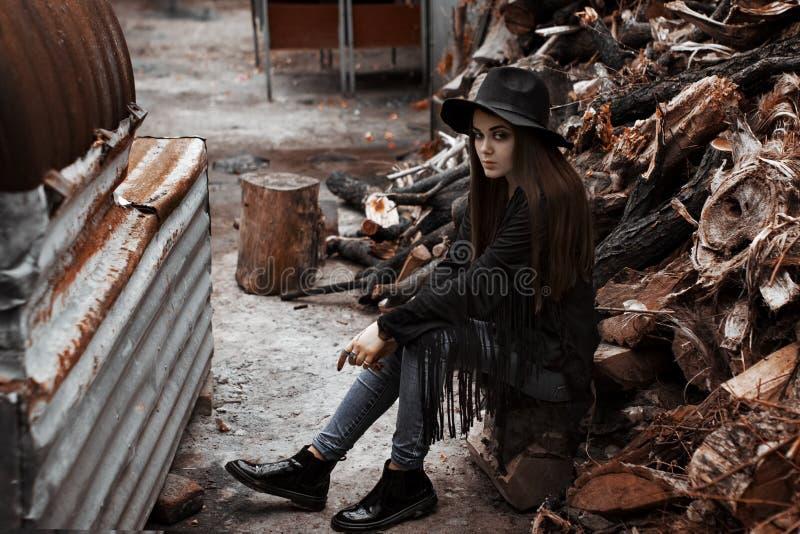 Belle fille dans un chapeau se reposant sur l'arbre photos libres de droits