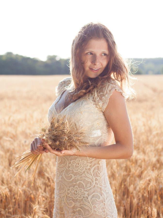 Belle fille dans un domaine de blé photo libre de droits