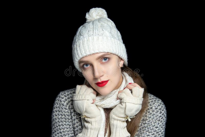 Belle fille dans un ensemble chaud d'écharpe, de chapeau et de gants photographie stock libre de droits