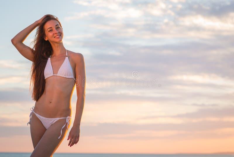 Belle fille dans un maillot de bain sur la plage photo libre de droits