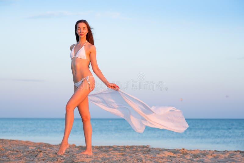 Belle fille dans un maillot de bain sur la plage photographie stock