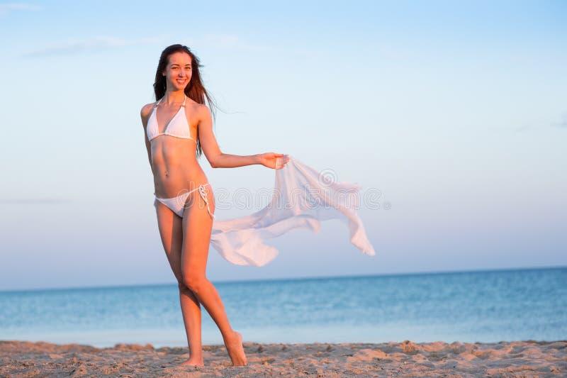 Belle fille dans un maillot de bain sur la plage image stock