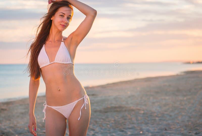Belle fille dans un maillot de bain sur la plage image libre de droits