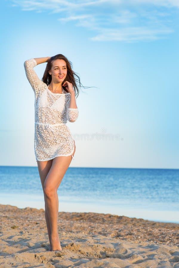 Belle fille dans un maillot de bain sur la plage images stock