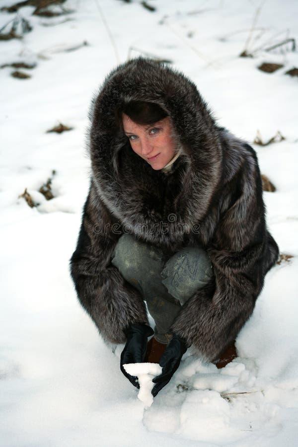 Belle fille dans un manteau de fourrure photographie stock libre de droits