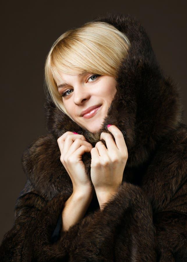 Belle fille dans un manteau de fourrure images libres de droits