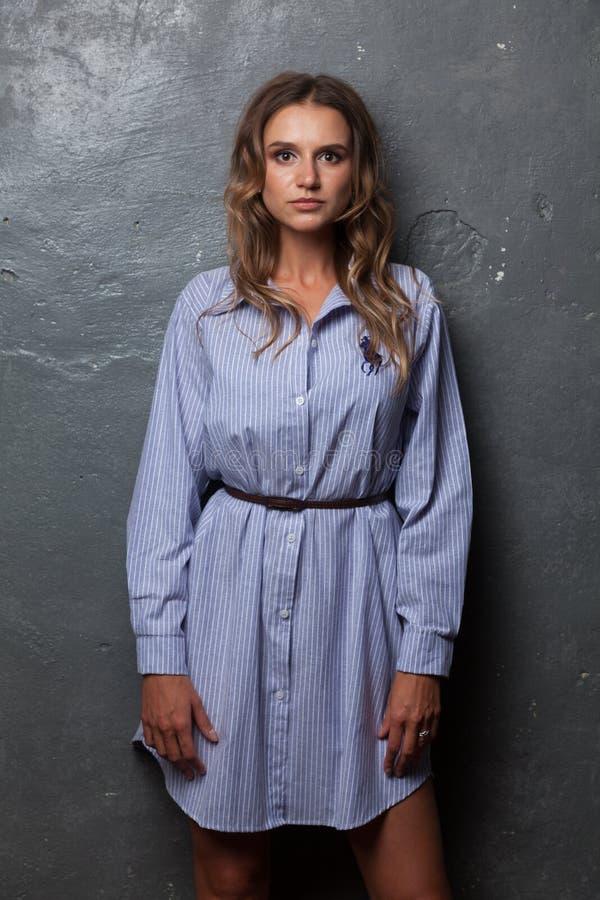 Belle fille dans une chemise du ` s d'homme photographie stock libre de droits