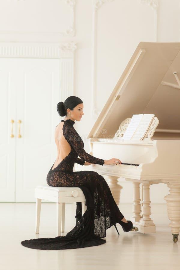 Belle fille dans une longue robe noire photographie stock