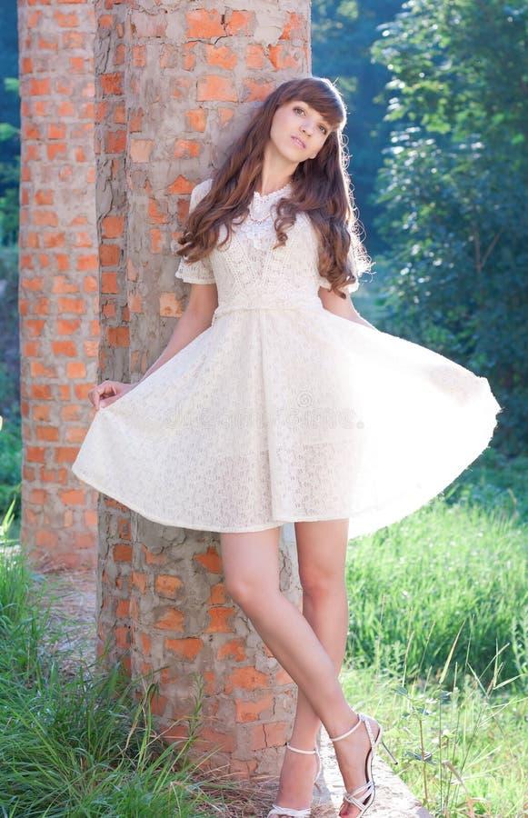 Belle fille dans une robe blanche sur la nature photographie stock
