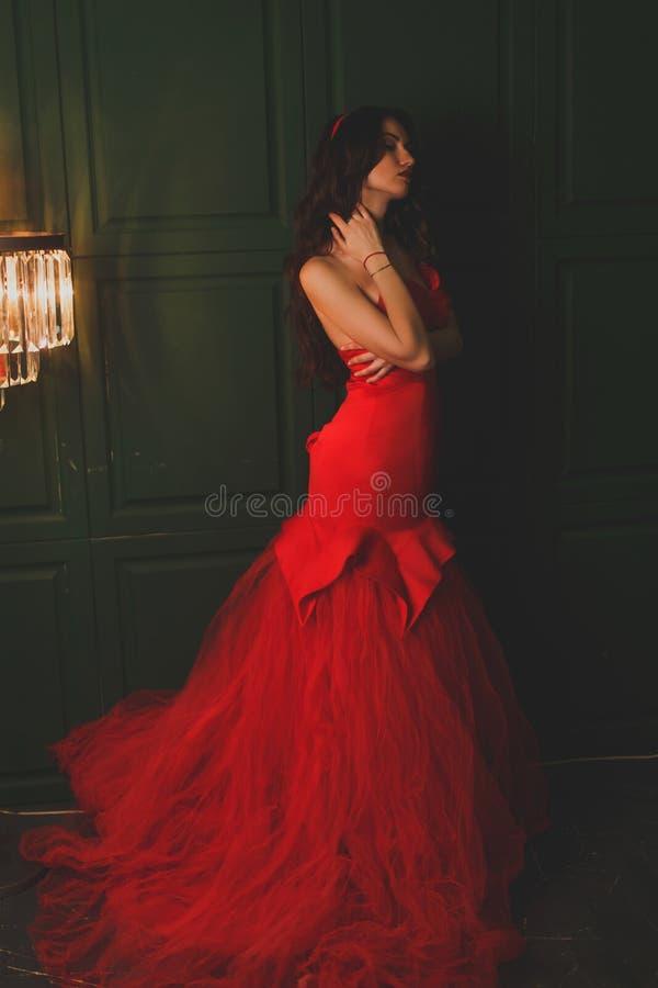 Belle fille dans une robe d'écarlate image stock