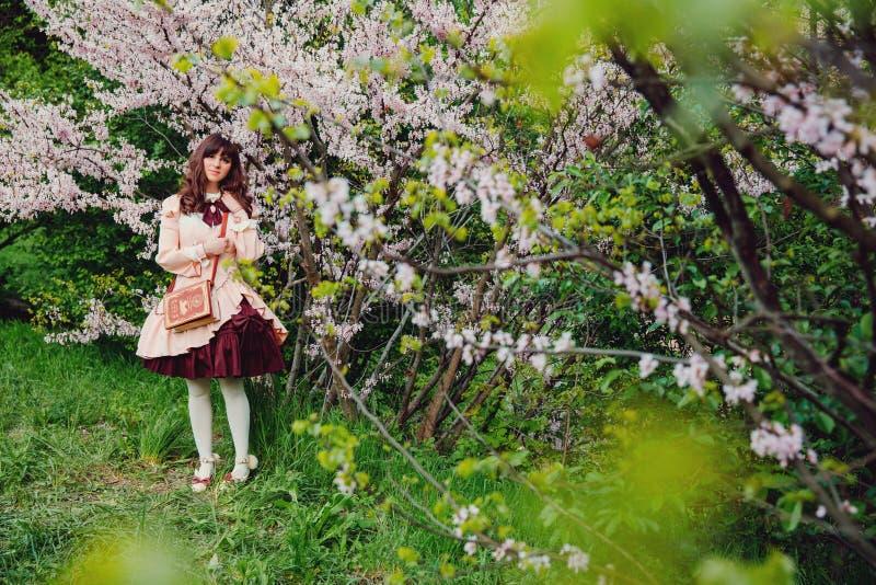 Belle fille dans une robe de vintage Juste plu en fonction Style de Lolita Style victorien photographie stock libre de droits