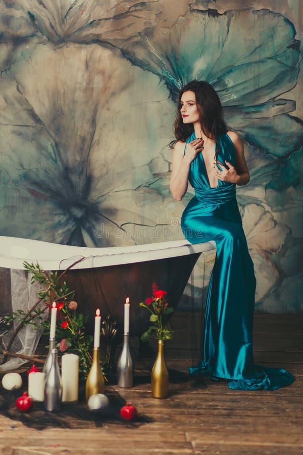Belle fille dans une robe dans le bain photographie stock libre de droits