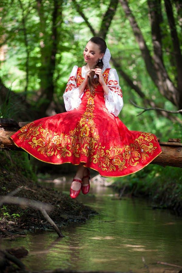 Belle fille dans une robe nationale russe photos libres de droits