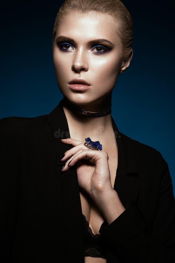 Belle fille dans une robe noire, des cheveux droits et un maquillage à la mode Visage de beauté de charme photos stock