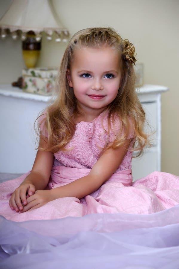 Belle fille dans une robe rose photo libre de droits