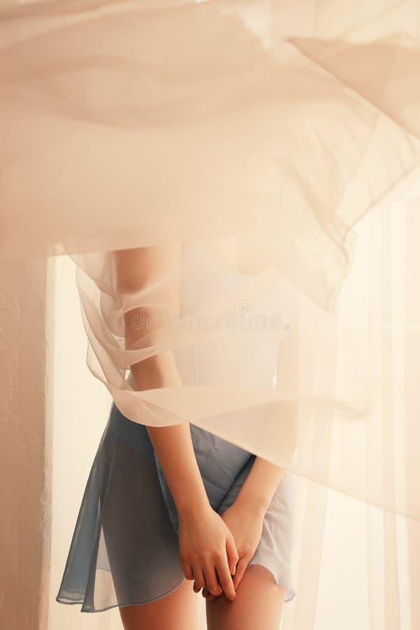 Belle fille de ballerine avec les cheveux blonds dans des vêtements de ballet et s image stock