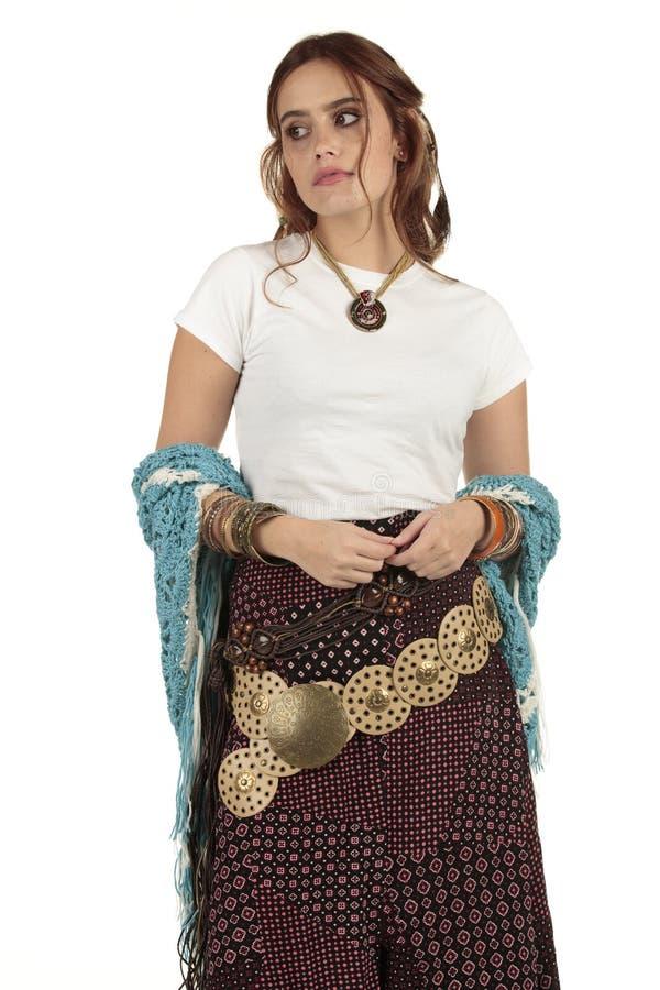 Belle fille de boho de hippie utilisant un T-shirt blanc simple dans un festival prêt pour votre conception photo libre de droits