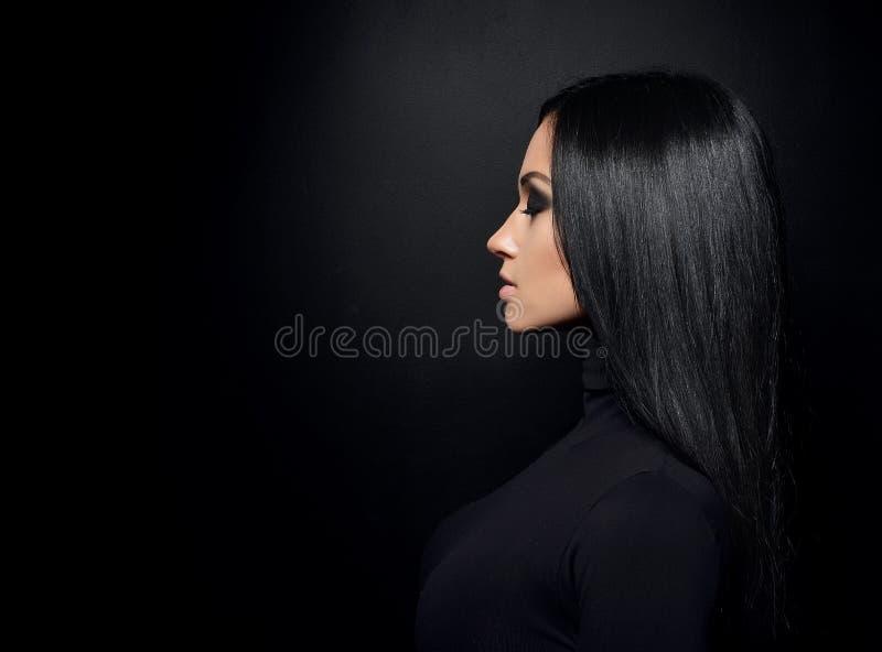 Belle fille de brune avec de longs cheveux et yeux bleus sains dessus photo stock