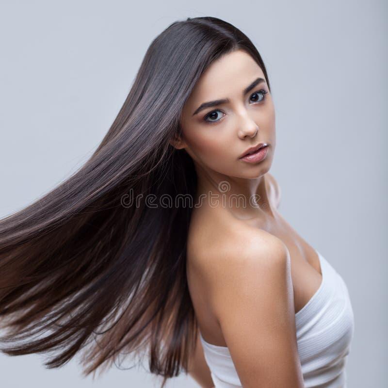 Belle fille de brune avec de longs cheveux sains photographie stock libre de droits