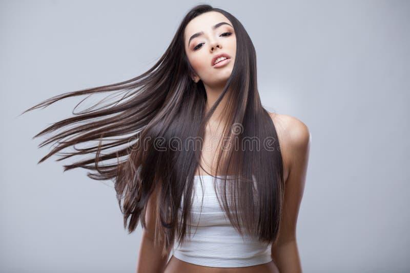 Belle fille de brune avec de longs cheveux sains image stock