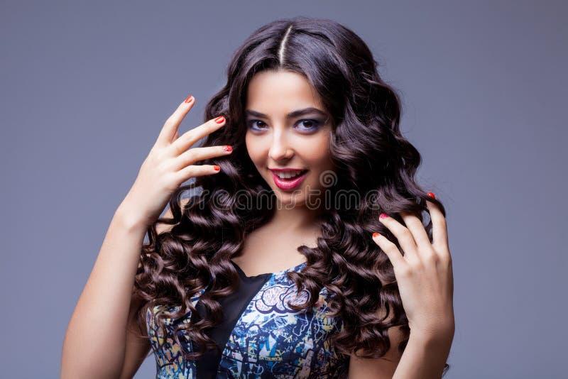 Belle fille de brune avec de longs cheveux sains photos libres de droits