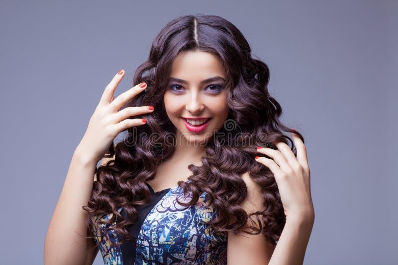 Belle fille de brune avec de longs cheveux sains photos stock