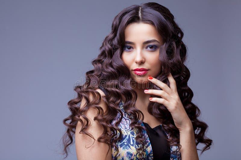Belle fille de brune avec de longs cheveux sains images stock