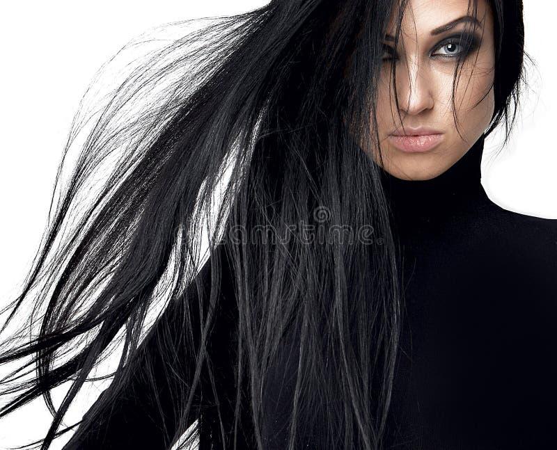Belle fille de brune avec de longs cheveux sains et OIN d'yeux bleus image stock