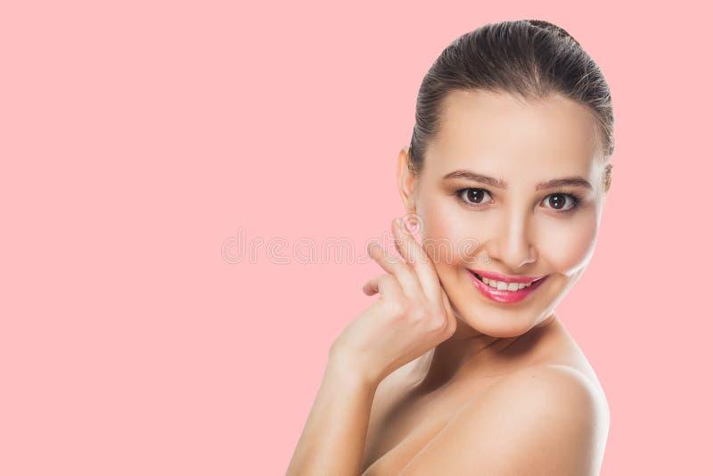 Belle fille de brune avec le maquillage sensible sur des regards roses de fond avec un sourire aux épaules nues ouvertes cos de s images stock