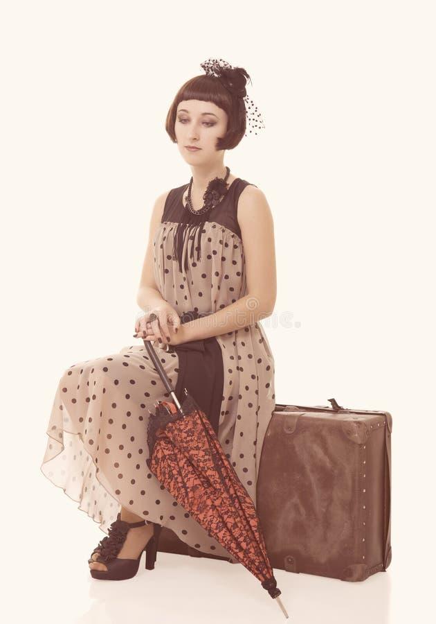 Belle fille de brunette avec le parapluie et le vieux sac photos stock