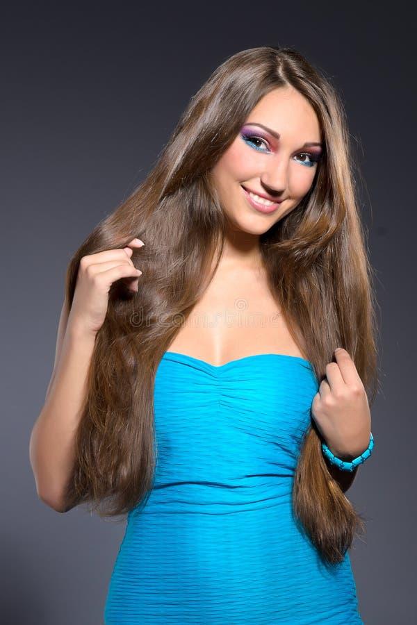 Belle fille de brunette dans la robe bleue image stock