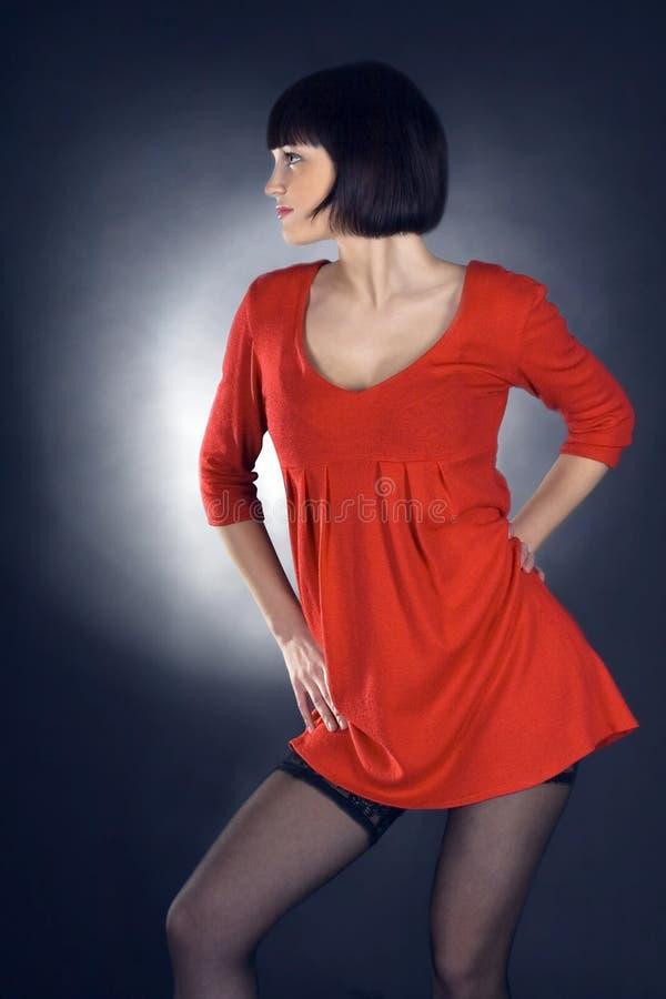 Belle fille de brunette posant dans le studio photo stock
