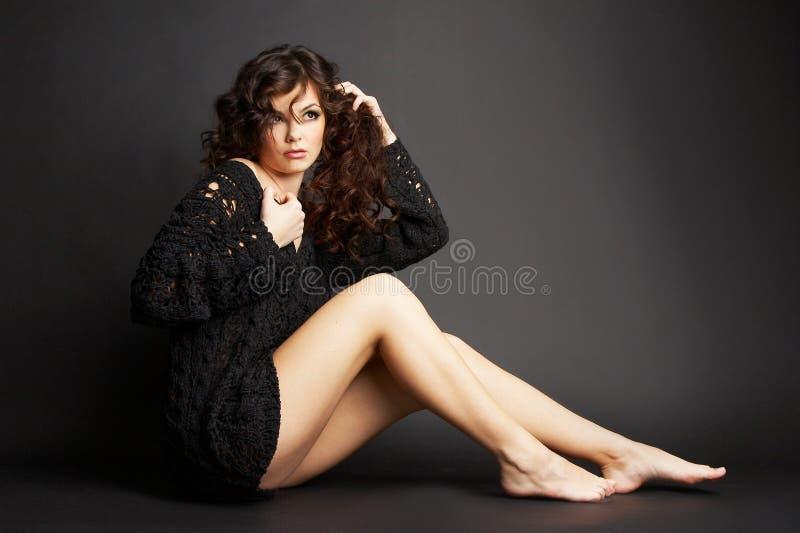 Belle fille de brunette posant dans le studio image stock