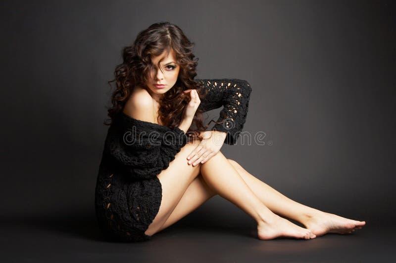 Belle fille de brunette posant dans le studio photos stock