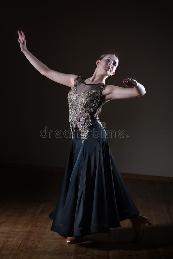 Belle fille de danseur dans la salle de bal d'isolement sur le fond noir photographie stock libre de droits