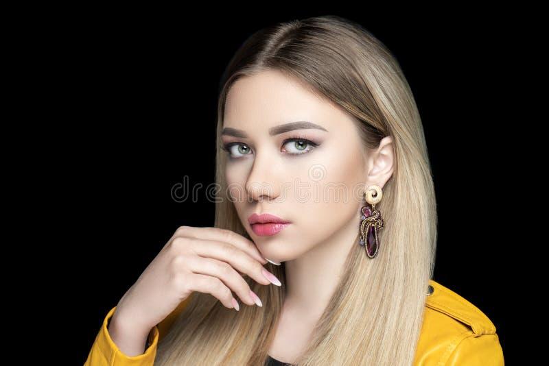 Belle fille de femme adulte avec de longs cheveux droits blonds photographie stock