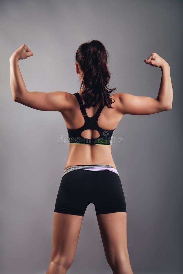 Belle fille de forme physique avec des muscles image libre de droits
