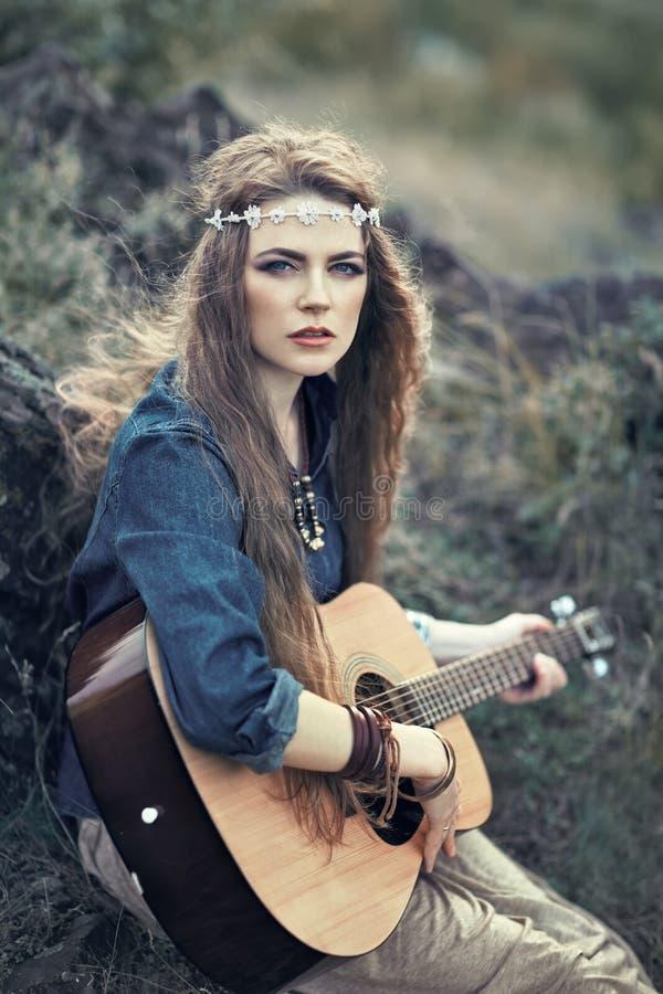 Download Belle Fille De Hippie Avec La Guitare Photo stock - Image du mode, fond: 45372452