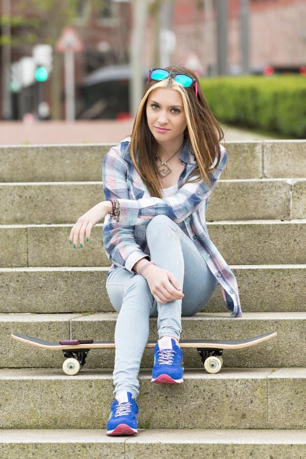 Belle fille de hippie s'asseyant sur des escaliers, mode de vie urbain photo libre de droits