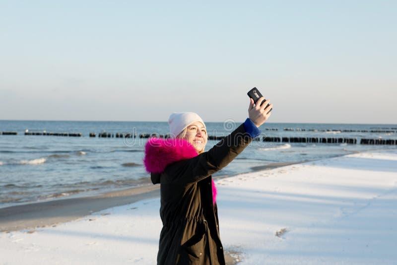 Belle fille de jeune adolescent ayant l'amusement et faisant le selfie photo libre de droits